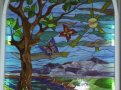 витраж с изображением ландшафта, дерева, бабочек и солнца